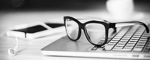 Briller på laptop
