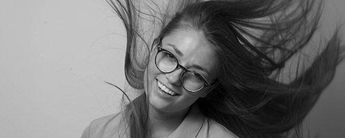 Jente med briller og bustete hår