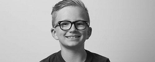 Glad barn med briller