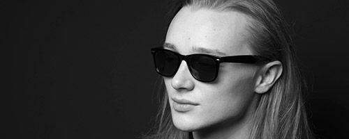 Feminin mann med langt hår og solbriller