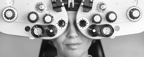 Kvinne på synstest